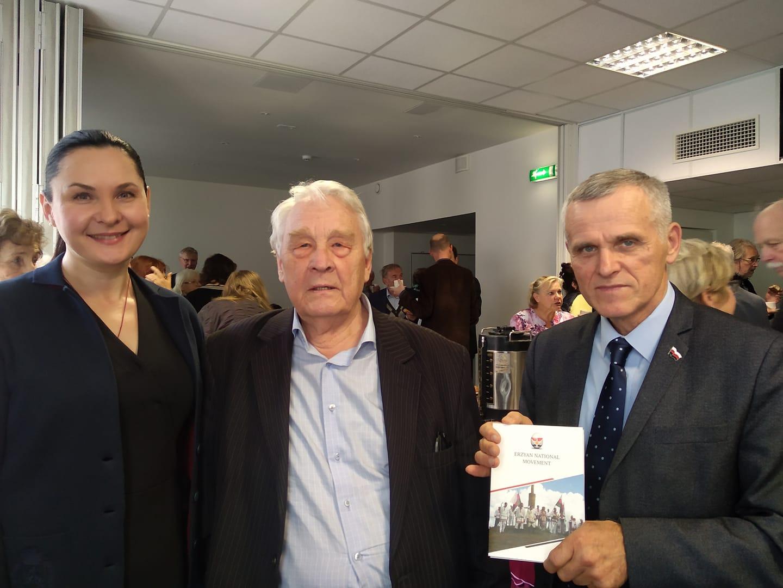 Инязор Сыресь Боляень (первый справа) и эстонский писатель, сценарист Арво Валтон (вцентре)