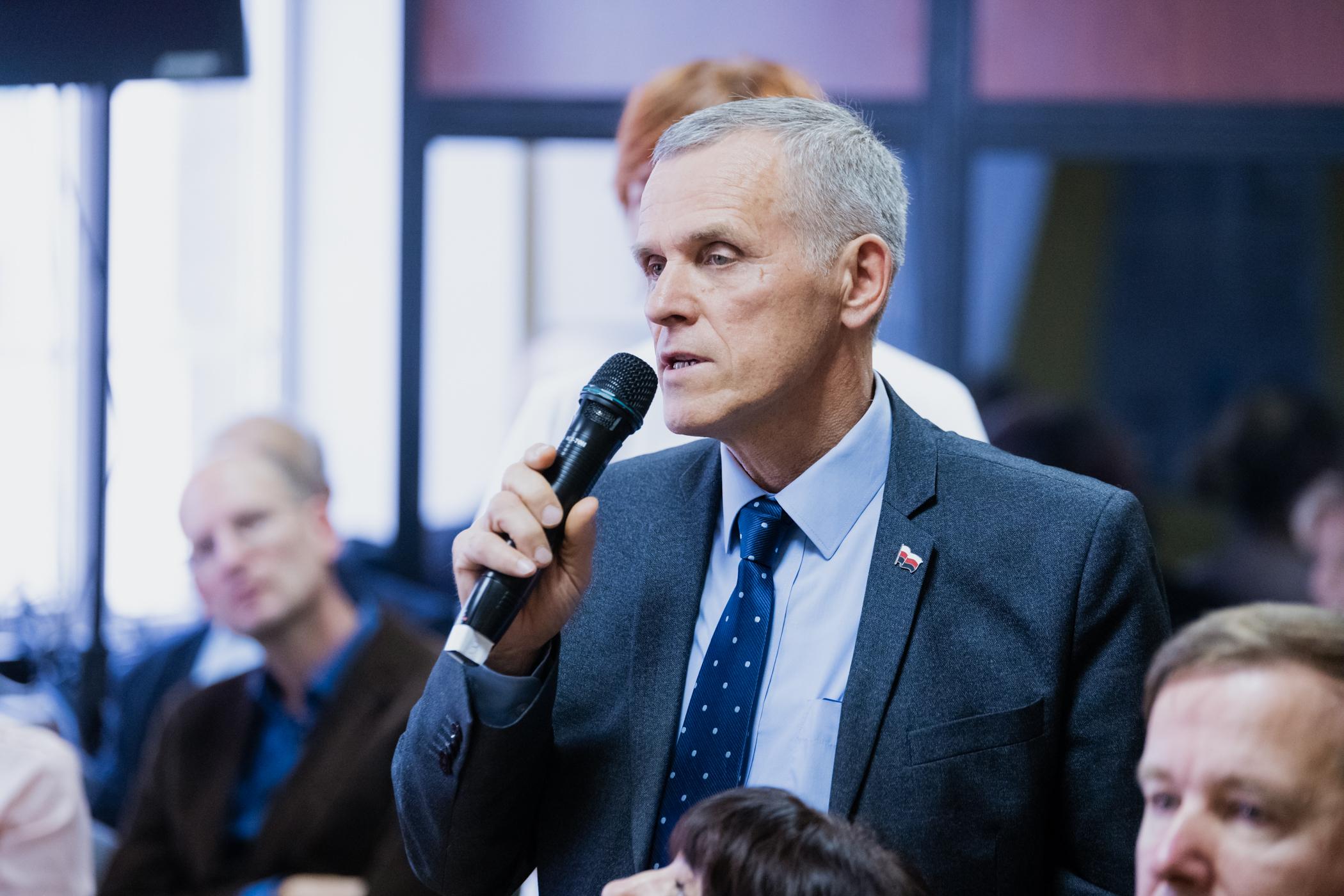 Сиресь Боляєнь виступає на конференції «Корінні народи і мови в глобалізованому світі. Виклики, можливості та загрози», що проходила 11 жовтня 2019 р. в Інституті естонської мови у Таллінні.