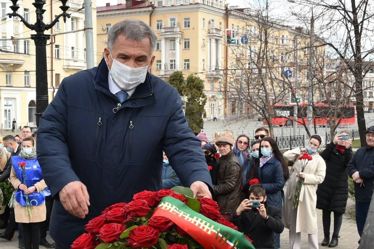 Цветы к памятнику, а не на могилу Республики
